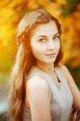 Kobieta jesień. piękna, młoda dziewczyna modna jesień Park. — Zdjęcie stockowe