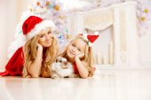 Mom and daughter dressed as Santa celebrate Christmas. Family at — 图库照片