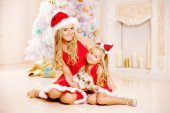 Mother and daughter dressed as Santa celebrate Christmas. Family — 图库照片