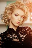 Beauty rich luxury woman like Marilyn Monroe. Beautiful fashiona — Stock Photo
