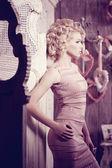 Lüks bir kadın. Yatak odasında genç moda ince güzel kadın — Stok fotoğraf