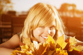 Autumn woman. Beauty young trendy girl in autumn park. — Stock Photo
