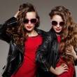 Sisters twins in hipster sun glasses laughing Two fashion models — Stock Photo #71596343