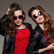 Sisters twins in hipster sun glasses laughing Two fashion models — Stock Photo #71596351
