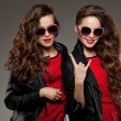 Sisters twins in hipster sun glasses laughing Two fashion models — Stock Photo #71596489