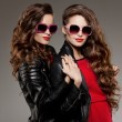 Sisters twins in hipster sun glasses laughing Two fashion models — Stock Photo #71596495