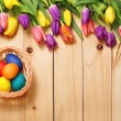 Spring Flowers bunch and easter eggs at wood floor texture. Beau — Stock Photo #71596741