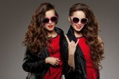 Sisters twins in hipster sun glasses laughing Two fashion models — Stock Photo
