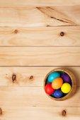 Manojo de flores de primavera y los huevos de Pascua en madera de textura de piso. Beau — Foto de Stock