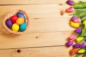 Spring Flowers bunch and easter eggs at wood floor texture. Beau — Stock Photo