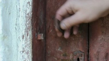 Hand closes and open old wooden door with an iron latch — Stock Video