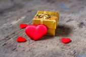 Gift and a lot of hearts — Stock Photo