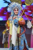 Pretty chinese traditional opera actress with theatrical costume — 图库照片