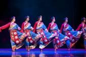 Pretty tibetan dancing girls — Stock Photo