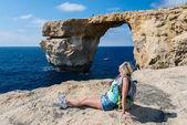 Женщина, глядя на побережье — Стоковое фото