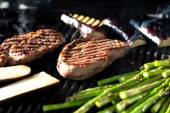 Steak and vegetables on grill — Stock Photo