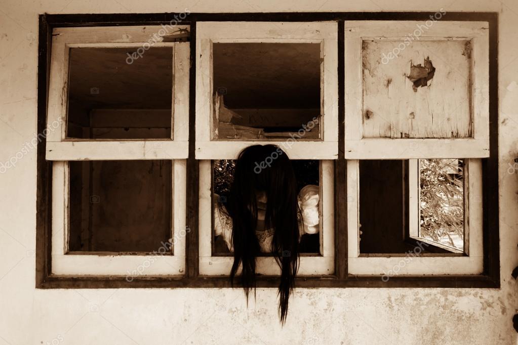 暗いウィンドウ、お化け屋敷で幽霊、放棄建物、ハロウィーンの概念とカバーの本のアイデアのホラー背景の白いドレスで神秘的な女性\u2014 Photo by lighthouse