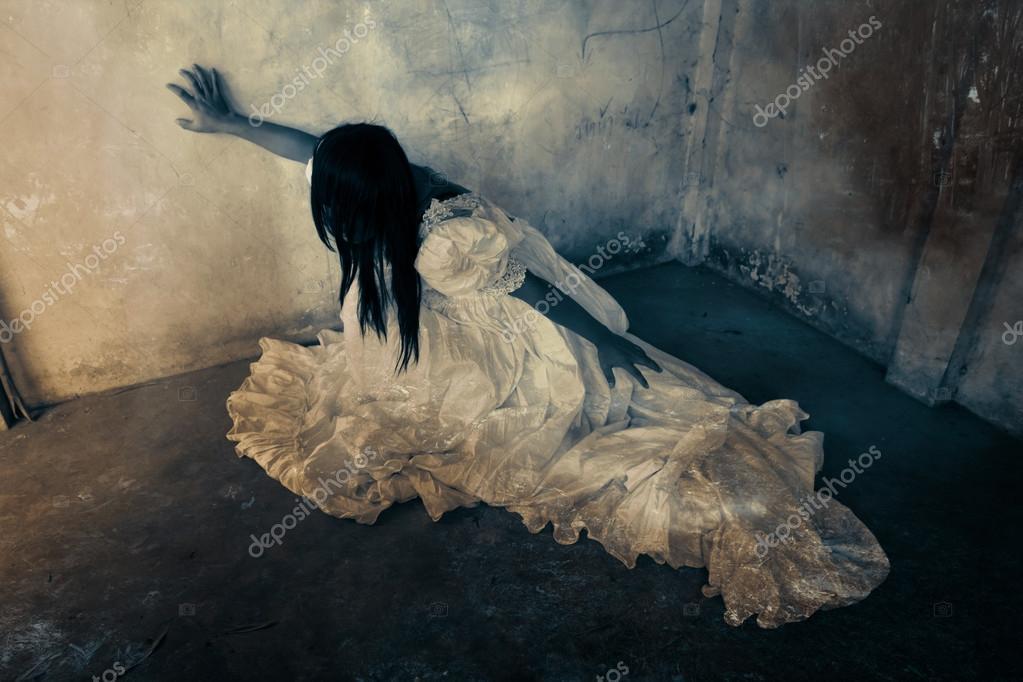お化け屋敷で幽霊、放棄の建物の白いドレス、ハロウィーンの概念とカバーの本のアイデアのホラー背景で神秘的な女性 \u2013 ストック画像