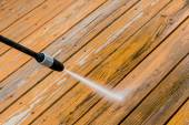 Wooden deck floor cleaning with high pressure water jet. — Stockfoto