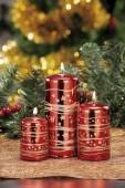 Primo piano delle candele di Natale colorate su sfondo colorato — Foto Stock