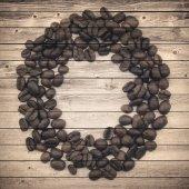 Círculo marrom velho da pranchas e grãos de café. Fundo de colagem — Fotografia Stock