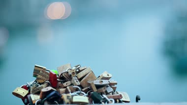 Love locks on a bridge in Paris — Stock Video