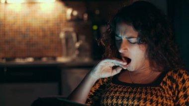 женщина с помощью планшетного компьютера на дому — Стоковое видео