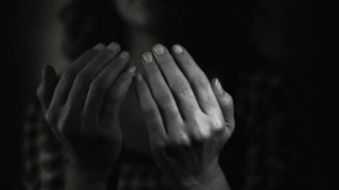 Muslim woman praying to god. Black and White — Stock Video