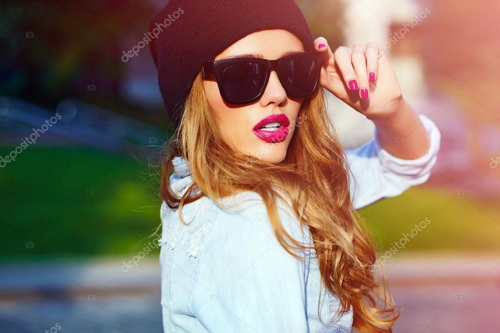 Блондинка в кепке на аву