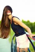Divertido con estilo sonriente bella joven soleadas modelo sexy en tela brillante hipster de verano en el Parque — Foto de Stock