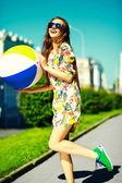 Grappige stijlvolle sexy lachende mooie jonge vrouw model in zomer heldere hipster doek kleden in de straat — Stockfoto