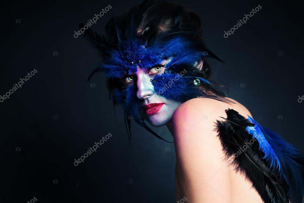 Maquillage Halloween. Femme oiseau fantastique avec maquillage artistique sur lespace fond bleu et copie de texte \u2014 Image de MillaFedotova
