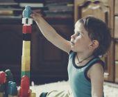 Süsser Boy spielen mit Spielzeug Blöcke und Steine — Stockfoto