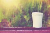 Tazza di carta di caffè su sfondo naturale mattina — Foto Stock