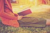 Livro de leitura garota no parque em luz de verão — Fotografia Stock