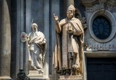 St. Peter cathedral statues — Stock Photo