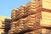 Madeira serrada transformada em depósito de madeira — Fotografia Stock