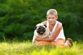 Köpek pug olan çocuk portresi — Stok fotoğraf