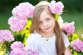 Portrait of little girl with flowers hydrangea — ストック写真