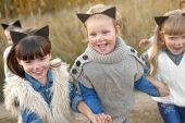 Portret trzy dziewczyny w lesie dziewczyny — Zdjęcie stockowe