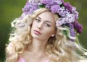 Portrait of a beautiful young girl in spring — Stockfoto