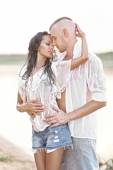 Beautiful Couple in love on summer beach — Stockfoto