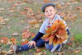 Ritratto di bambina all'aperto in autunno — Foto Stock