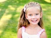 可爱微笑的小女孩,在公园里的肖像 — 图库照片