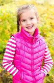 かわいい笑顔女の子の秋の肖像画 — ストック写真