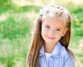 Retrato de niña sonriente adorable — Foto de Stock