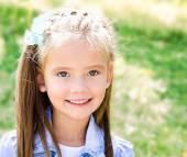Portret śliczny uśmiechający się dziewczynka — Zdjęcie stockowe