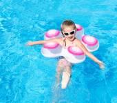 Lachende meisje in zwembad — Stockfoto