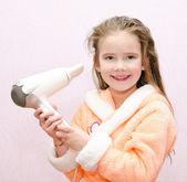 笑顔かわいい女の子が髪を乾燥します。 — ストック写真