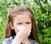 Meisje heeft allergie voor bloei het voorjaar — Stockfoto